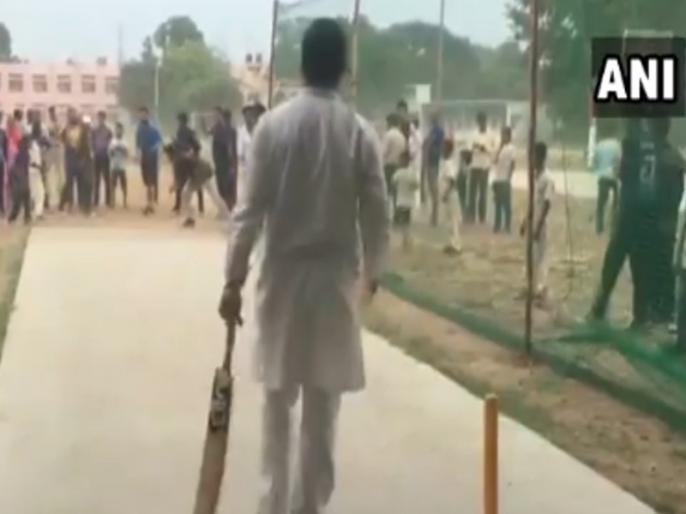 Rahul Gandhi plays cricket with local boys in Rewari after his chopper made an emergency landing due to bad weather | हेलीकॉप्टर की इमरजेंसी लैंडिंग के बाद राहुल गांधी ने खेला क्रिकेट, जमकर उड़ाए चौके-छक्के!