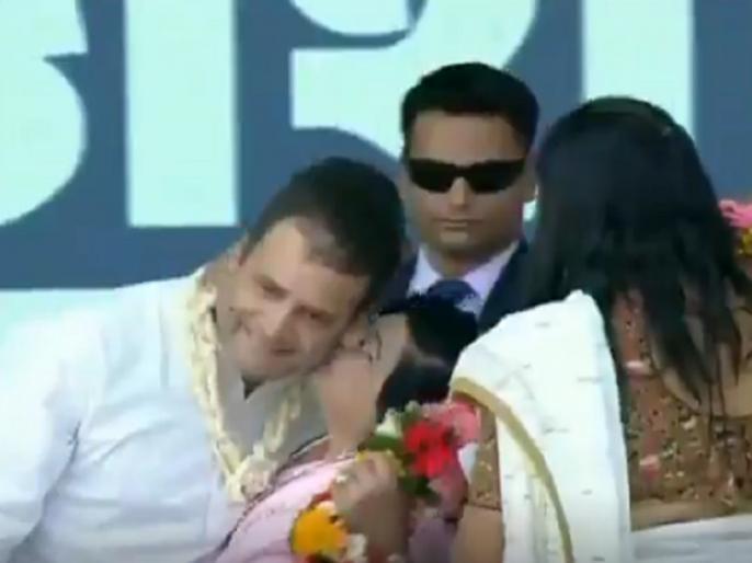 A woman kisses Congress President Rahul Gandhi during a rally in Gujarat, see video   Video:वैलेंटाइन्स डे पर महिलाओं ने किया राहुल का स्वागत, रैली के दौरान गालों पर kiss कर जताया 'प्यार'