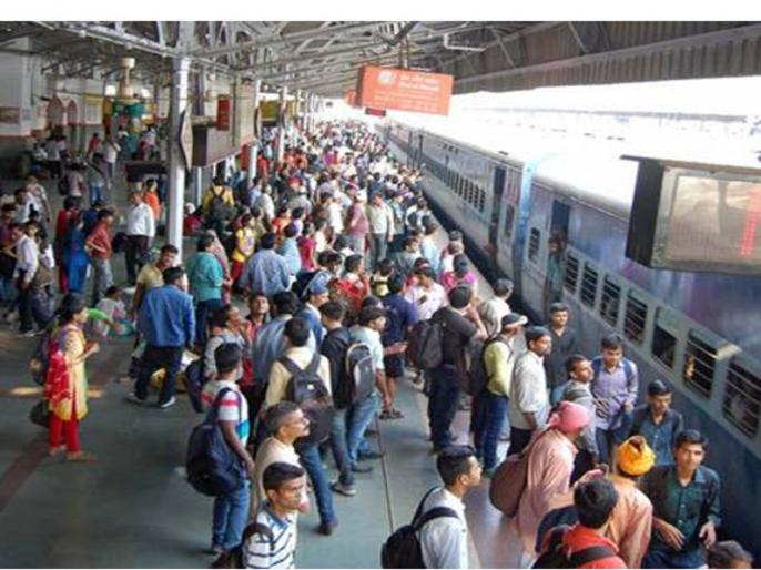 Platform ticket price raised to ₹50 at key stations in Mumbai Region | रेलवे ने 5 गुना बढ़ा दिया प्लेटफॉर्म टिकट का दाम, मुंबई समेत कई स्टेशनों पर अब 10 नहीं 50 रुपये है टिकट की कीमत