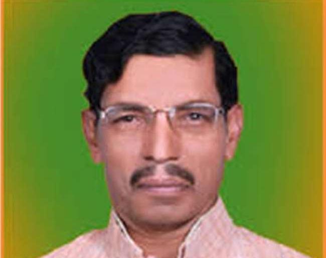 hathras news in hindirape case bjp MP Rajvir Singh Diler reached district jail congresss | Hathras rape case:भाजपा सांसद राजवीर सिंह दिलेर 'चाय पीने' पहुंचेअलीगढ़ जेल, कांग्रेस ने कहा-चारों आरोपी बंद, क्यों गए