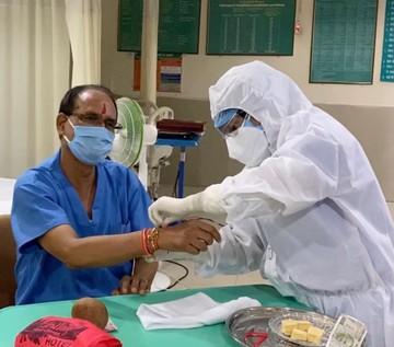 Raksha Bandhan: Nurse tied Rakhi in Madhya Pradesh CM Shivraj Singh Chauhan in hospital | Raksha Bandhan: मध्य प्रदेश के सीएम शिवराज सिंह चौहान को अस्पताल में नर्स ने बांधी राखी