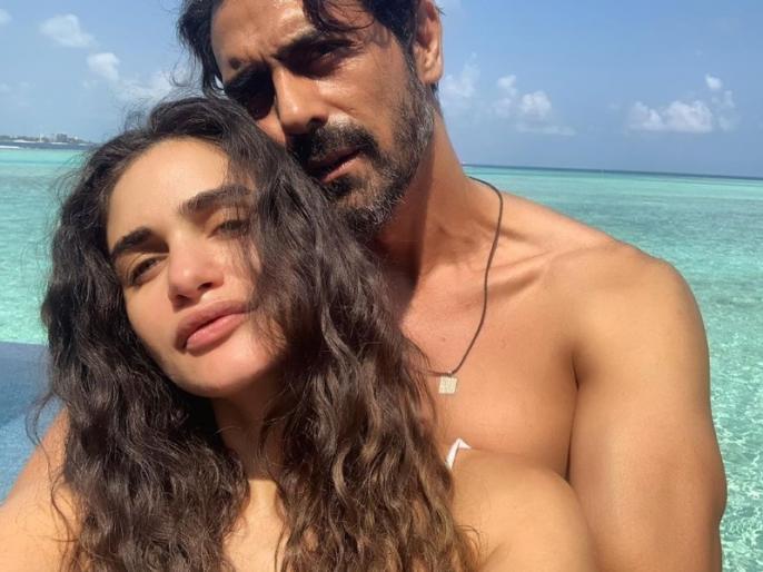 arjun rampal on a vacation with his pregnant girl friend gabriella in Maldives | प्रेग्नेंट गर्लफ्रेंड के साथ कुछ यूं इश्क फरमा रहे हैं एक्टर अर्जुन रामपाल, समुद्र किनारे इस खास अंदाज में ले रहे हैं सेल्फी