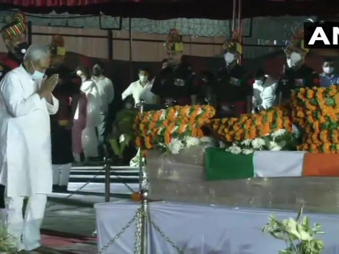 Ram Vilas PaswanPatna airportBiharChief Minister Nitish Kumar, Sushil Modi, Ravi Shankar Prasad, Tejashwi Yadav pay tribute | रामविलास पासवानःपार्थिव शरीर पर सीएम नीतीश,सुशील मोदी औरतेजस्वी यादव ने दीश्रद्धांजलि