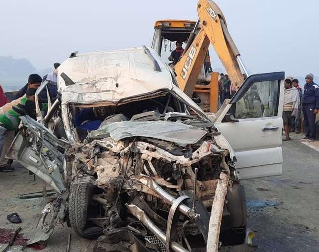 Katihar Road Accidentsix people diedsame family samastipurScorpio and truck collision three serious | स्कार्पियो औरट्रक में टक्कर, एक ही परिवार के 6 लोगों की मौत, तीन गंभीर,शादी के लिएलड़का देखकर लौट रहे थे