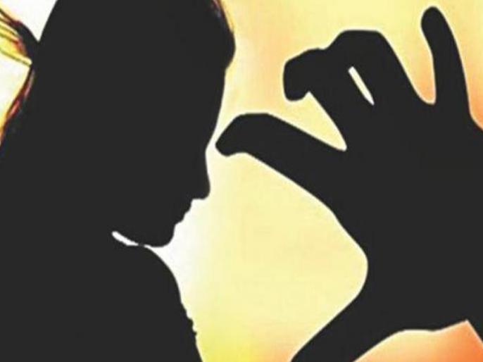 Bihar:teacher molestation girl student | बिहार: आठवीं कक्षा की छात्रा से शिक्षक ने की छेड़खानी, आधा दर्जन छात्राओं ने भी लगाए आरोप