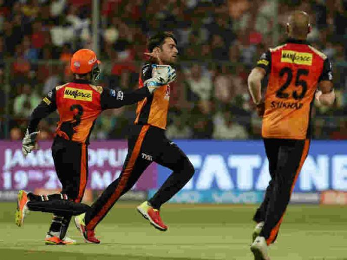 IPL 2018: Rashid Khan takes a brilliant catch and bowled Virat Kohli in RCB vs SRH match | IPL 2018: राशिद खान की फिरकी के जादू में फंसे विराट कोहली, हो गए क्लीन बोल्ड, देखें वीडियो