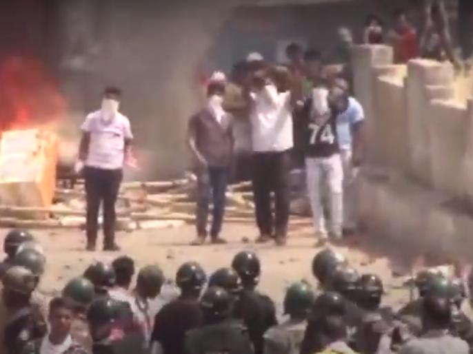 Locals remove barricades near containment zone in Rourkela, 12 policemen injured | कंटेनमेंट ज़ोन हटाने को लेकर राउरकेला में बवाल, भीड़ ने बैरिकेड को लगाई आग, पुलिस ने लाठी चार्ज किया