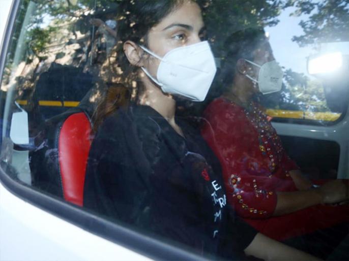 Sushant Singh Rajput case Rhea Chakraborty seeks 14-day judicial custody latest news | रिया चक्रवर्ती को 14 दिनों के लिए न्यायिक हिरासत में भेजा गया, जमानत अर्जी ख़ारिज, 22 तक जेल में