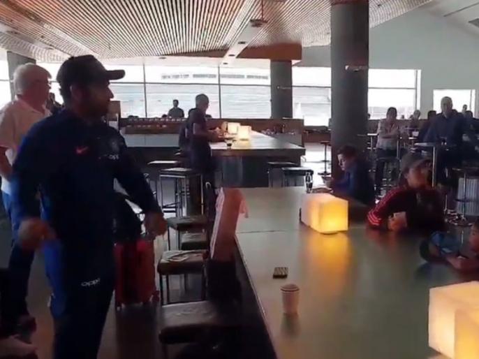India vs Australia: Rohit Sharma tries to learn floss dance, fails miserably, video goes viral   IND vs AUS: मैदान में चौके-छक्के जड़ने वाले रोहित शर्मा डांस की कोशिश में हुए 'फेल', वायरल हुआ मजेदार वीडियो