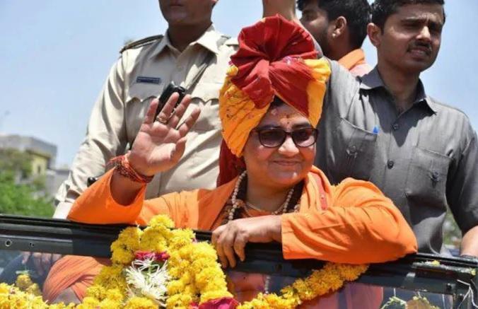 Loksabha Elections 2019: Pragya Thakur campaigns for former judge in Dewas | लोकसभा चुनाव 2019: देवास में पूर्व जज के लिए साध्वी प्रज्ञा ठाकुर ने किया कैम्पेन, देनी पड़ी सफाई
