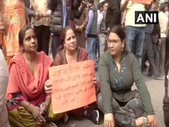 Delhi Residents of Sarita Vihar and Jasola hold protest against the anti-CAA protests in ShaheenBagh | CAA Protest: शाहीन बाग में परेशान महिलाएं सड़कों पर उतरीं, रास्ता खुलवाने की जद्दोजहद जारी