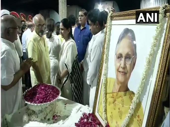 delhi former cm congress leader sheila dixit dies live updates cremated today at 2:30 pm | दिल्ली की पूर्व सीएम शीला दीक्षित पंचतत्व में हुई विलीन, नम आंखों के साथ अंतिम विदाई में उमड़े लोग