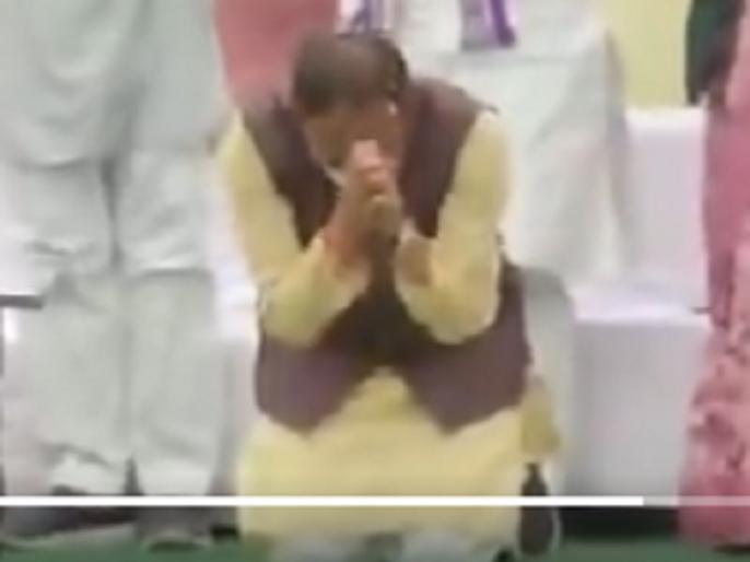 Madhya Pradesh: Why did Shivraj Singh Chauhan sit on his knees with folded hands in front of the public | Madhya Pradesh: जनता के सामने हाथ जोड़कर, सिर झुकाकर, घुटनों के बल क्यों बैठे शिवराज सिंह चौहान? -Video