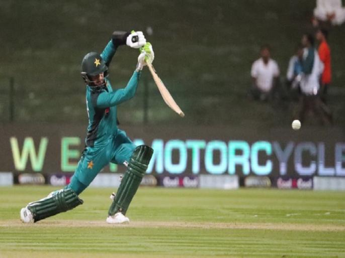pakistan vs new zealand video shoaib malik gets out in bizarre manner | PAK VS NZ: शोएब मलिक के शॉट पर चोटिल हुआ खिलाड़ी, फिर इस अजीबोगरीब अंदाज में खुद हुए आउट