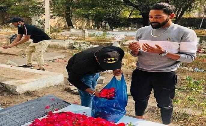 Australia fast bowler Mohammad Sirajfarewell his fathers tribute flowers arrives directly grave soon comes to india | ऑस्ट्रेलिया से वापस आते ही सीधे अपने वालिद की कब्र पर फूल चढ़ाने पहुंचेतेज गेंदबाज मोहम्मद सिराज, नम आखों से दी विदाई...