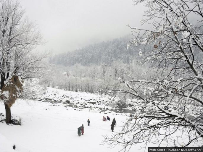Affected operations of the aircraft on the Srinagar airport, snow in Kashmir | कश्मीर में रुक-रुक कर बर्फबारी, श्रीनगर हवाईअड्डे पर विमानों का परिचालन प्रभावित