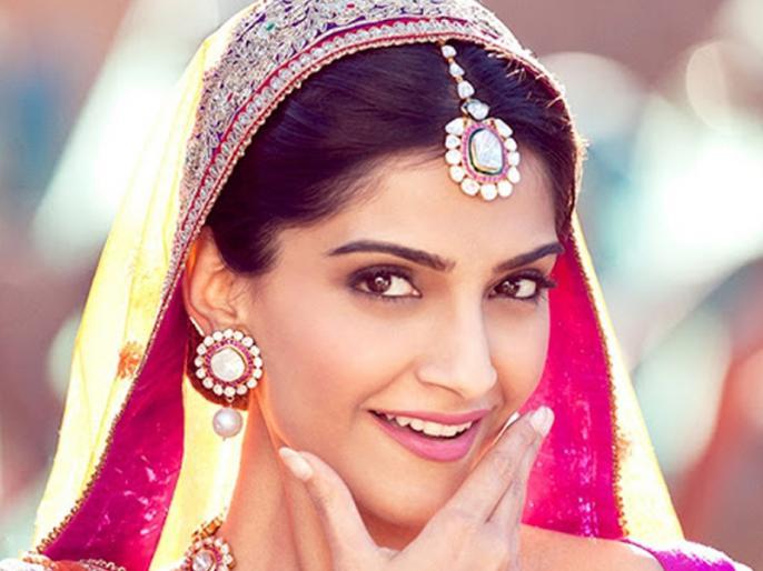 sonam kapoor ahuja takes saree twitter challenge | #SareeTwitter के ट्रेंड में शामिल हुईं सोनम कपूर, शेयर की खास अंदाज में फोटो
