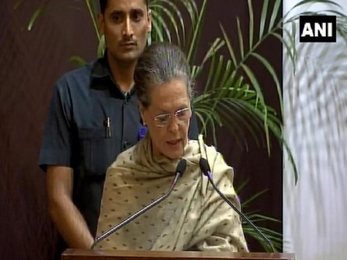 Sonia Gandhi expressed concern over Delhi air pollution at Indira Gandhi Prize for Peace, Disarmament and Development ceremony | इंदिरा गांधी पुरस्कार: सोनिया गांधी ने प्रदूषण पर जताई चिंता, कहा- 'कांग्रेस ने की थी सीएनजी की शुरुआत'