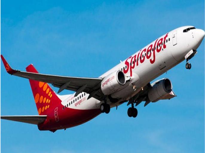 Spice jet plane delayed at Mumbai airport, passengers commute | मुंबई एयरपोर्ट पर स्पाइस जेट विमान में देरी, यात्रियों ने किया हंगामा