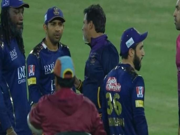 Sarfaraz Ahmed Angry After Usman Shinwari Gives 19 Runs In The Over See Viral Video | PSL 2021: लाइव मैच के दौरान अपने ही टीम के खिलाड़ी से लड़ पड़े सरफराज अहमद, मैदान पर हुई जोरदार बहस और फिर...