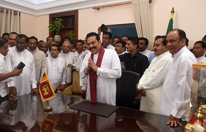 Sri Lanka's crisis of democracy, two prime minister   शोभना जैन का ब्लॉग: 'दो प्रधानमंत्री' वाले श्रीलंका में आगे क्या?