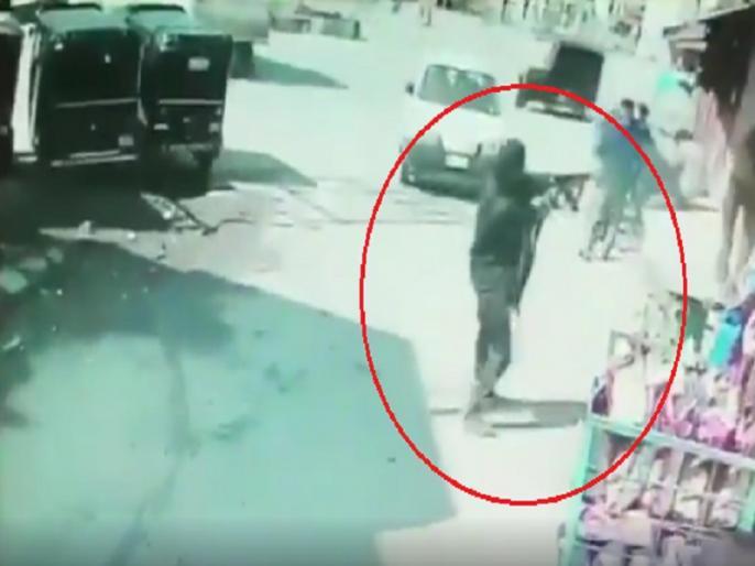 Jammu Kashmir Srinagar terrorist firing video Baghat Barzulla cctv footage | श्रीनगर में बीच बाजार में AK-47 लेकर आया आतंकी, बरसाने लगा गोलियां, पुलिस के दो जवान शहीद