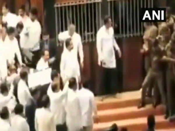 Srilanka Parliament adjourned till monday for political crisis | श्रीलंकाई संसद में भीषण हंगामे से गतिरोध जारी, सियासी संकट के बीच सोमवार तक स्थगित