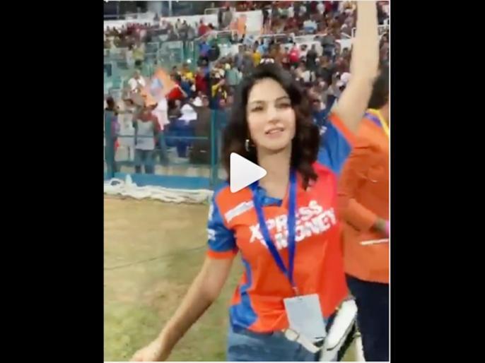 Sunny Leone Cheers For Abu Dhabi T10 League 2019 Team Delhi Bulls | VIDEO: क्रिकेट मैच देखने पहुंची सनी लियोन, स्टेडियम में फैंस के साथ की जमकर मस्ती