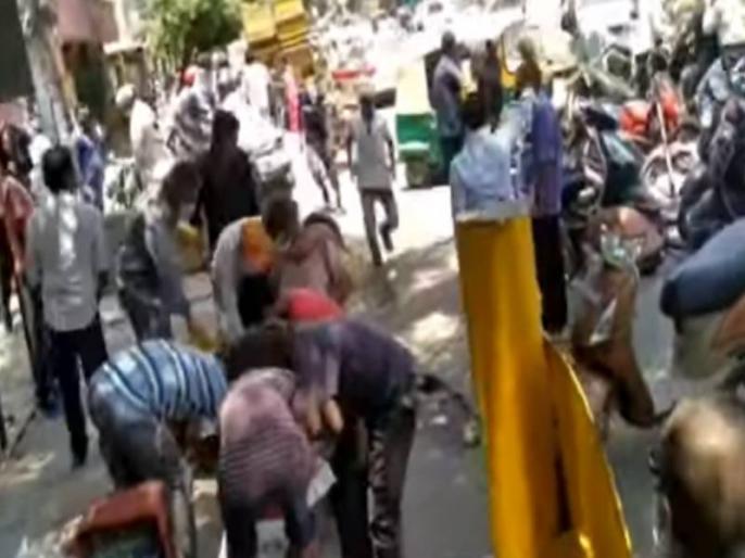 Delhi people looted mango from street vendor, video on social media went viral   दिल्ली में दिखा अजीबोगरीब मंजर, एक ठेले से भीड़ ने लूट लिए हजारों रुपये के आम, सोशल मीडिया पर वीडियो वायरल
