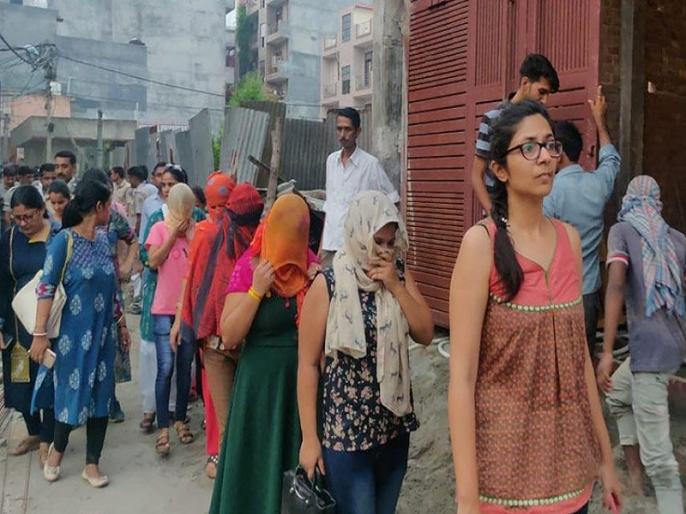 DCW busts sex racket in Burari spa swati maliwal on spot | बुराड़ी स्पा सेंटर में चल रहा था ऑनलाइन सेक्स रैकेट, कस्टमर बनकर पहुंची पुलिस, साथ में दिखीं स्वाति मालीवाल