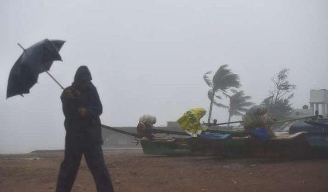Three people dead in Tamil Nadu due to cyclone, over 1,000 trees uprooted | Cyclone Nivar से भारी तबाही, 100 से ज्यादा घर क्षतिग्रस्त, 380 पेड़ उखड़े, तमिलनाडु में तीन लोगों की मौत