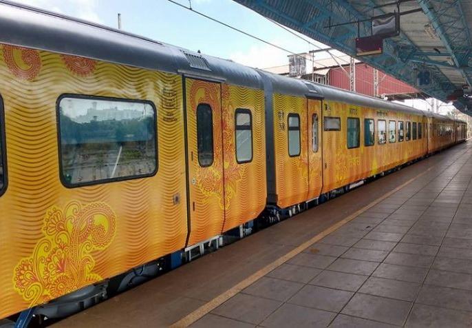 The first private train Tejas gains Rs 70 lakh in the first month, the revenue of about 3.70 crores from the ticket | पहली प्राइवेट रेलगाड़ी तेजस को पहले महीने70 लाख रुपये का फायदा,टिकट से करीब 3.70 करोड़की आय