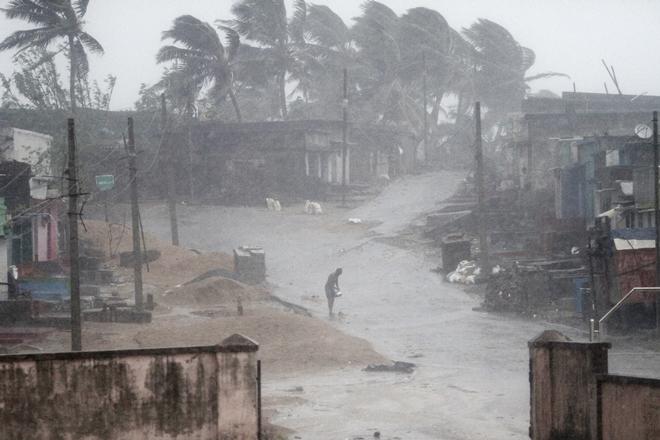 Cyclone Titli kills odisha in 12 people dead and 4 injured | तितली तूफान का 'आतंक' जारी, ओडिशा में भूस्खलन में 12 लोगों की मौत, इतने लोग हुए लापाता