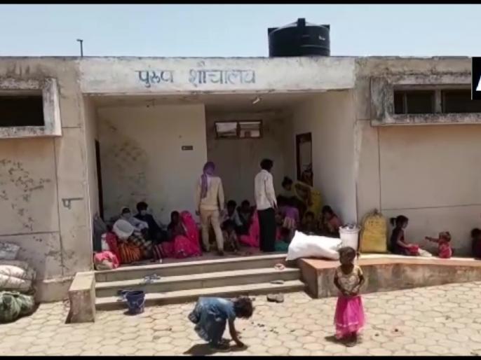 Migrant labourers are staying in toilet complex in Shivpuri Madhya Pradesh | Madhya Pradesh: अपने प्रदेश लौटे मज़दूरों की दोहरी दुर्गती, पुरुष शौचालय में ठहरने को मजबूर महिलाएं