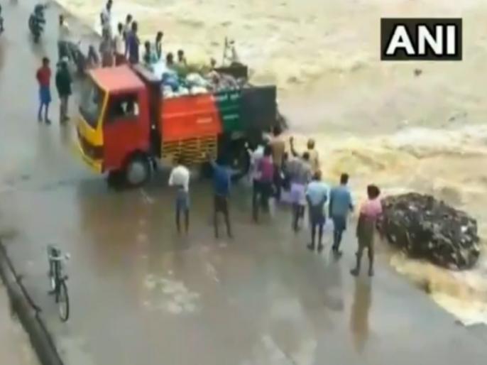 Video of truck dumping garbage into the river goes viral, panchayat officer suspended | ट्रक में भरा कचरानदी में बहाने का वीडियो वायरल,पंचायत अधिकारीनिलंबित