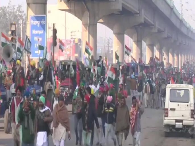 Republic Day Tractor Rally farmers break police barricading at Delhi Haryana Tikri border | Republic Day Tractor Rally: दिल्ली की ओर किसानों का मार्च, सिंघु और टिकरी बॉर्डर पर टूटे पुलिस के बैरिकेड्स