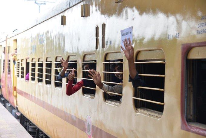 Coronavirus lockdown Piyush Goyal seeks trains' list from Maharashtra, Sena replies Railway Minister Piyush Goyal and Sanjay Raut on train route change Twitter-wise | Maharashtra ki khabar:ट्रेन मार्ग परिवर्तन पररेल मंत्री पीयूष गोयल और संजय राउत में ट्विटर वार,गोरखपुर जाने वाली ट्रेन ओडिशा पहुंची