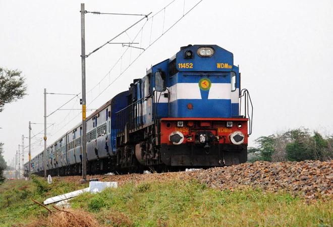 Trains from Goa to Ballia reached Maharashtra by diverting route, train arriving in Ballia with delay of 25 hours | गोवा से बलिया के लिए चली ट्रेन रास्ता भटककर पहुंची महाराष्ट्र, 25 घंटे विलंब से बलिया पहुंची ट्रेन
