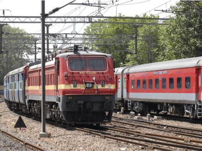 Indian Railways celebrates 35 years of Prayagraj express, passengers given sweets and gifts | प्रयागराज एक्सप्रेस के 35 वर्ष पूरे, यात्रियों का मुंह मीठा कराकर और गिफ्ट देकर मनाई गई कोरल सालगिरह