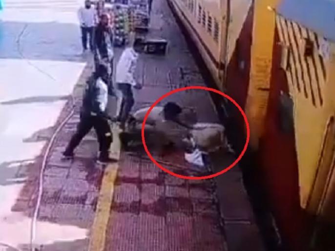 Rajasthan viral video man fell from moving train policeman save his life Piyush Goyal shares video | चलती ट्रेन से गिरे बुजुर्ग, जान पर बन आई थी फिर पुलिसकर्मी ने दिखाई बहादुरी, रेलमंत्री पीयूष गोयल ने शेयर किया वीडियो