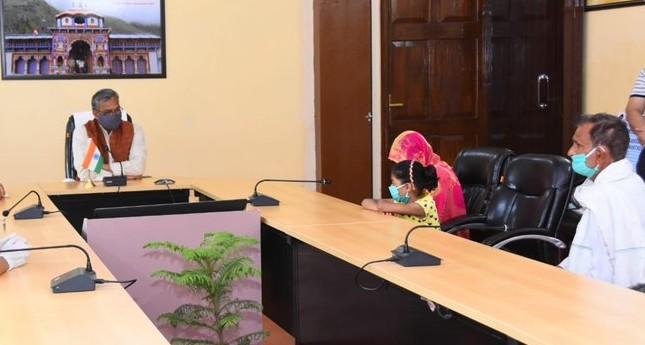 Uttarakhand: Chief Minister handed over check of Rs 10 lakh to constable who died on duty during lockdown | उत्तराखंड: लॉकडाउन के दौरान ड्यूटी पर जान गवाने वाले कांस्टेबल की पत्नी को मुख्यमंत्री ने सौंपा 10 लाख रुपये का चेक