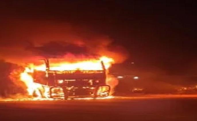 UP Ki Taja Khabar: truck ran over three pedestrian angry villagers burnt truck | Bihar Ki Taja Khabar: सड़क पर दौड़ा मौत का ट्रक, तीन की दर्दनाक मौत, गुस्साए ग्रामीणों ने फूंक दिया ट्रक