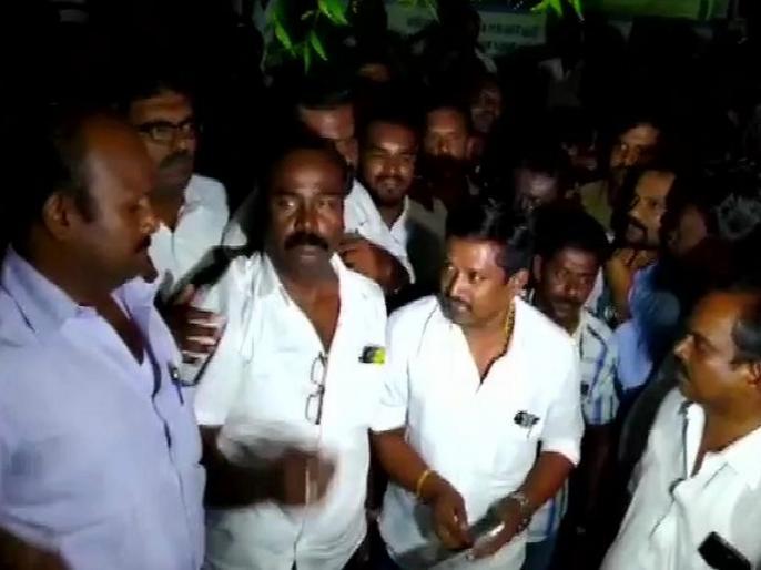 lok sabha election 2019 tamilnadu raid cash seized police fire to clear TTV Dhinakaran Supporters | लोकसभा चुनाव: तमिलनाडु के थेनी में टीटीवी दिनाकरण के कार्यकर्ताओं से 1.48 करोड़ रुपये बरामद, रात भर चली छापेमारी