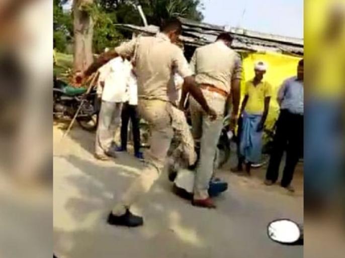 Uttar Pradesh police beat Young Man during vehicle checking, 2 police susupend | यूपी पुलिस की 'गुंडागर्दी', सरेआम वाहन चेंकिग के नाम पर शख्स की बेरहमी से की पिटाई, हुये सस्पेंड