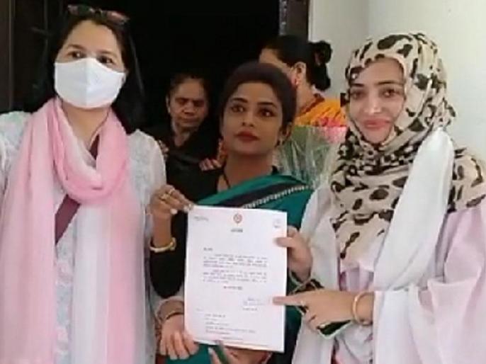 Uttar PradeshCongressfamous poet Munawar Rana second daughter Urusha joinsFauzia is already caa nrc protest | उत्तर प्रदेशःमशहूर शायर मुनव्वर राणा की बेटी उरुशाकांग्रेस में शामिल,फौजिया पहले से ही पार्टी में