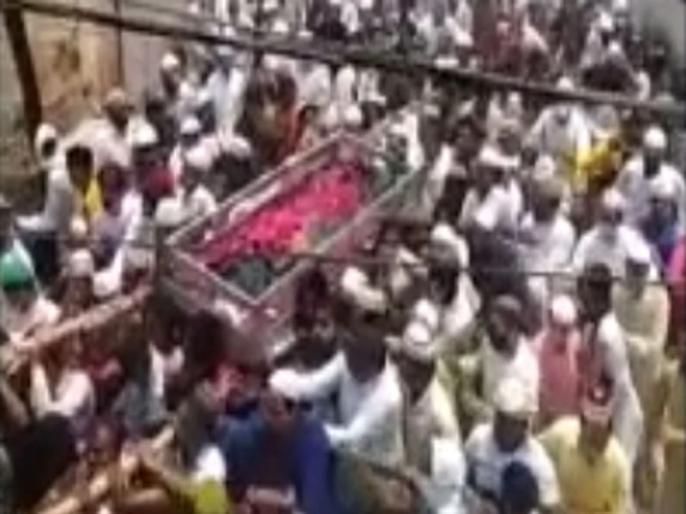Uttar Pradesh Covid protocols govt restrictions ignored at the funeral of Islamic leader in Badaun   कोरोना गाइडलाइन की उड़ाई गई धज्जियां, मुस्लिम धर्मगुरु के जनाजे में उमड़ा जनसैलाब, बिना मास्क नजर आए कई लोग