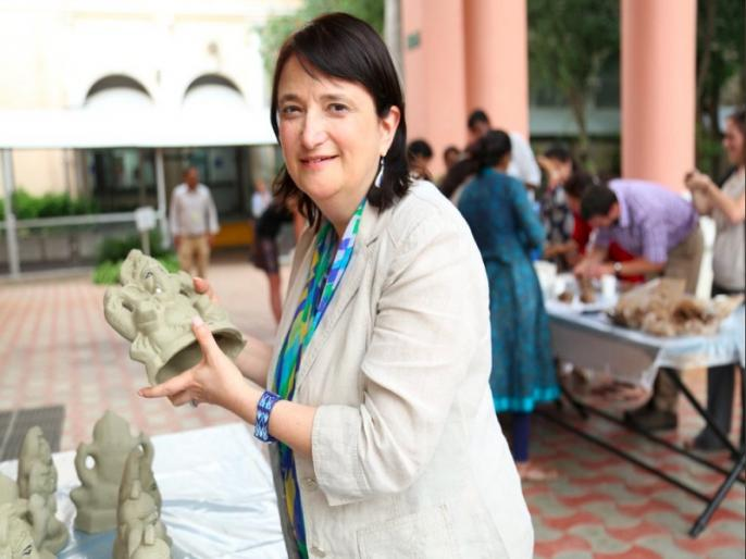 Ganesh Chaturthi: American embassy organised eco friendly Ganesh idol making workshop | गणेश चतुर्थी पर अमेरिकी वाणिज्य दूतावास की खास वर्कशॉप, कर्मचारियों ने सीखा इको फ्रेंडली गणेश बनाना