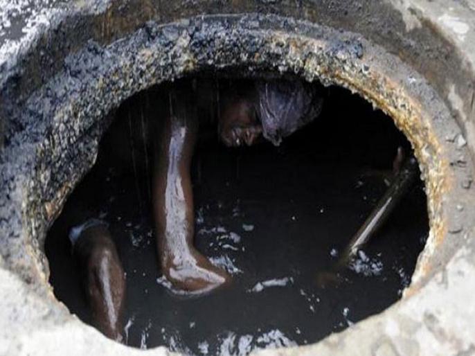two labours died in sewer tank due to sofocation in varanasi | वाराणसी: पीएम के कार्यक्रम के पूर्व सीवर टैंक में दो मजदूरों की मौत