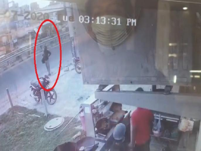 Kanpur Shootout News vikas dubey caught on cctv footage he wait for auto kanpur news update | फरीदाबाद में गैंगस्टर विकास दुबे पुलिस के सामने था खड़ा! लेकिन फिर भी निकल गया, सामने आया CCTV फुटेज