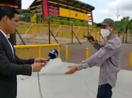 viral video TV Reporter Robbed at Gunpoint Live on Air in Broad Daylight   टीवी पर लाइव प्रसारण के दौरान बंदूक की नोक पर रिपोर्टर से हुई लूट, देखें हैरान करने वाला वायरल वीडियो